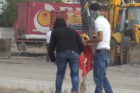 Türk bayrağını yakan tutuklandı