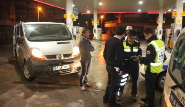 Polisi ikna etmek için mazot içmeye kalktı