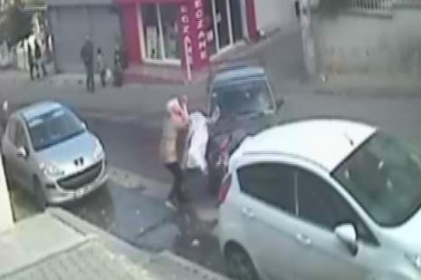 Anne ve bebeğine otomobil böyle çarptı