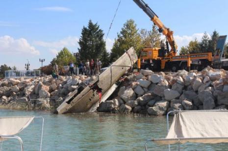 Batık teknelerin enkazları çıkarılıyor