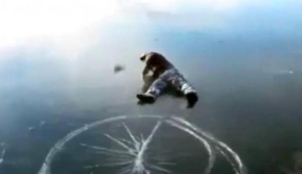 Buz tutmuş göle balıklama atladı