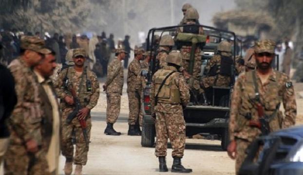 Pakistanda teröristler askeri öğrencileri rehin aldı