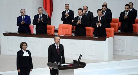 Meclis'te kitap fırlatıldı