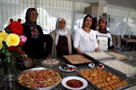 Ev ekonomisine ev yemekleri ile katkı sağlıyorlar