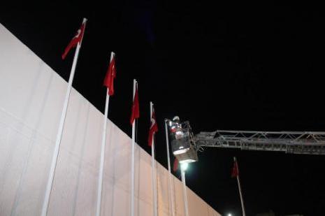 İzmirde Türk bayrağını indirme girişimi