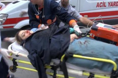 Karısını sokak ortasında bıçaklayarak öldürdü