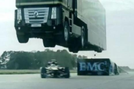 Koca TIR Formula 1 aracının üzerinden uçtu!
