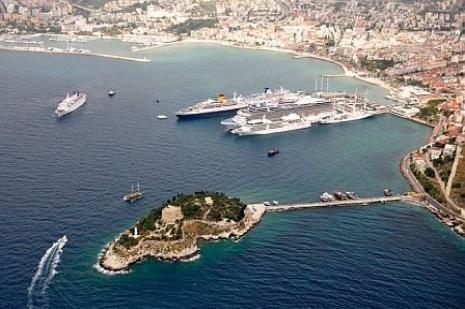 Kuşadasına 6 gemiyle 15 bin turist geldi