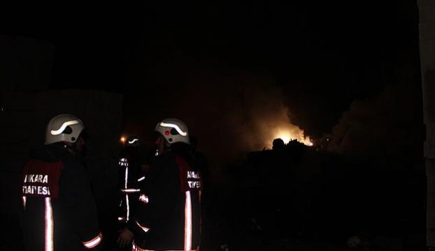Alev alev yanan evden canlarını zor kurtardılar