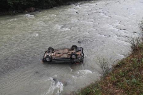 Trabzonda otomobil dereye uçtu