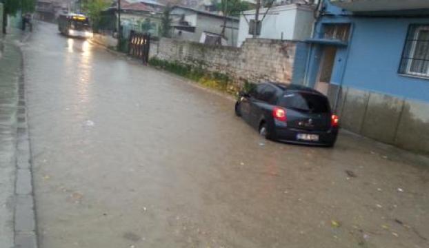 Sağanak yağış sonrası caddeler göle döndü