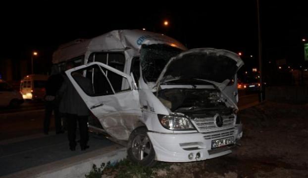 Tır minibüse çarptı: 17 yaralı